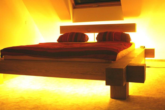 Balkenbett aus Eiche mit Hintergrundbeleuchtung